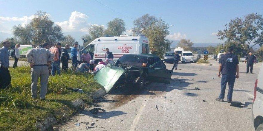 Sakarya'da otomobille kamyon çarpıştı: 3 yaralı