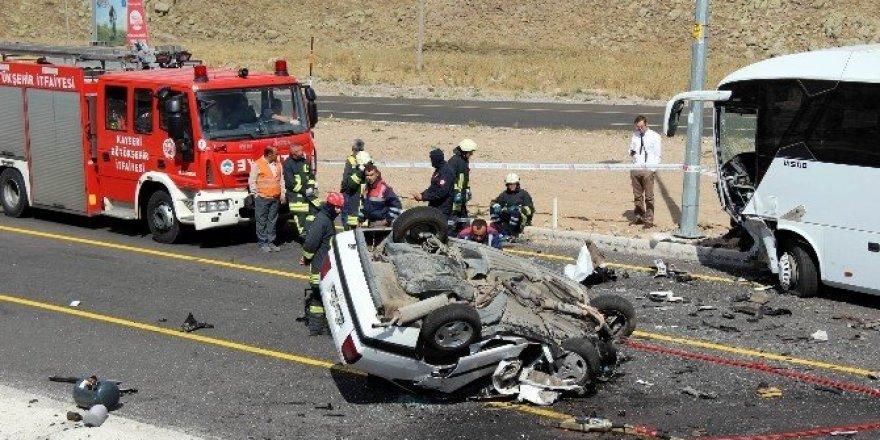 Otobüsle çarpışan otomobil takla attı: 1 ölü, 4 yaralı