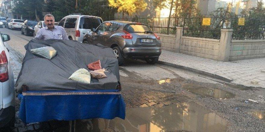 Sokaklarda baharat satarak iki çocuğunu üniversitede okutuyor