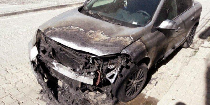 Tatvan'da bir araç kundaklandı
