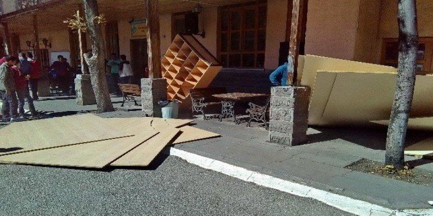 Mesleki lisede devrilen suntalar, 5 öğrenciyi yaraladı