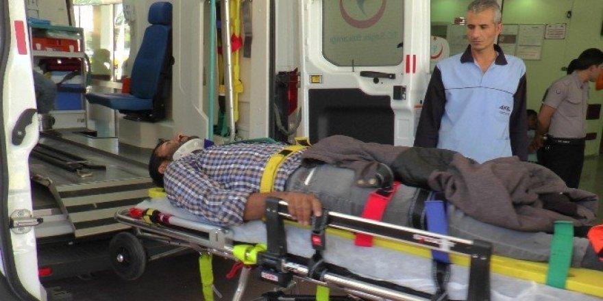 Pamuk yüklü kamyon devrildi: 2 yaralı