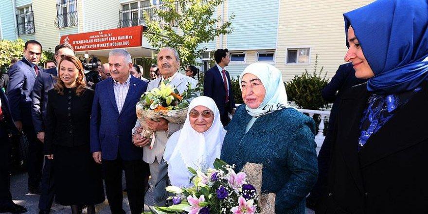 Başbakan Yıldırım huzurevinde kalan yaşlıları ziyaret etti