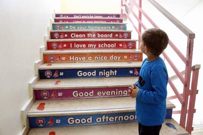 Merdiven çıkarak İngilizce öğreniyorlar