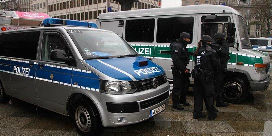 Almanya'da polis araçları ateşe verildi