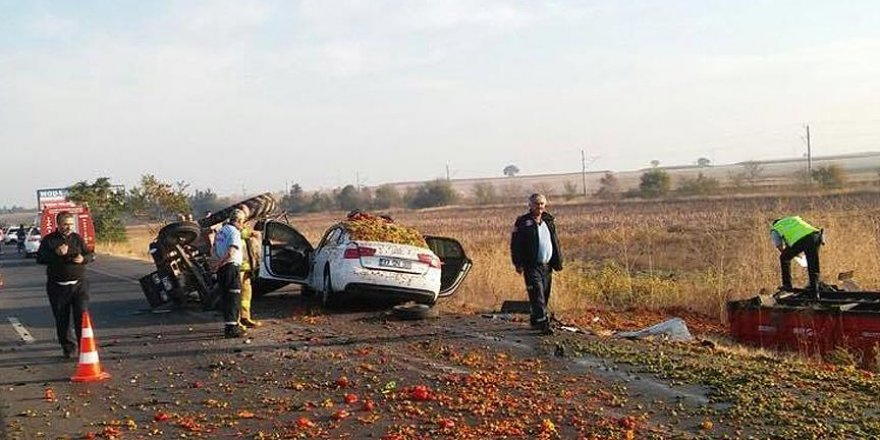 Otomobil, traktör römorkuna çarptı: 3 ölü, 1 yaralı