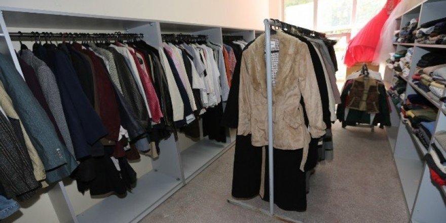 Kışlık giyim eşyaları sosyal markette ihtiyaç sahiplerini bekliyor