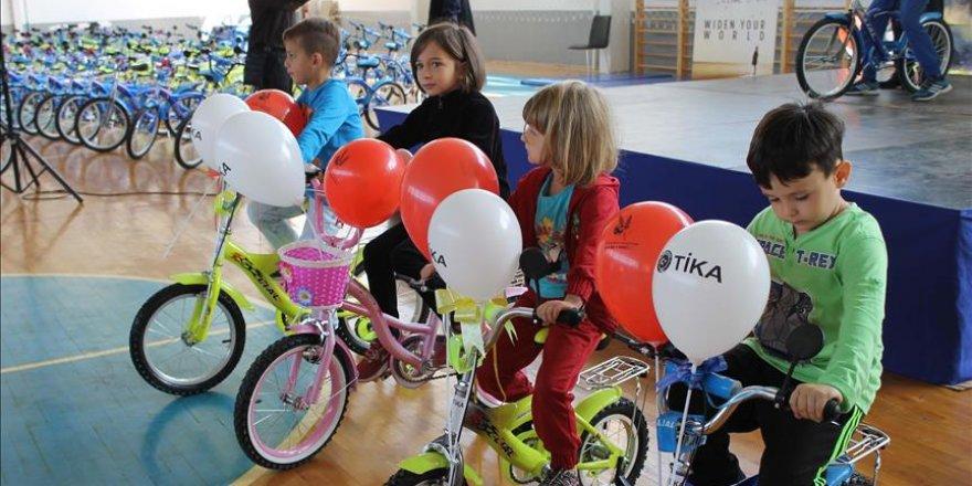 Türkiye Makedonya'daki yetimlere bisiklet hediye etti