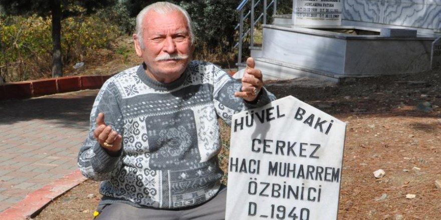 38 yıldır mezar taşıyla yaşıyor
