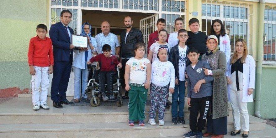 Vefat eden kardeşinin tekerlekli sandalyelerini bağışladı