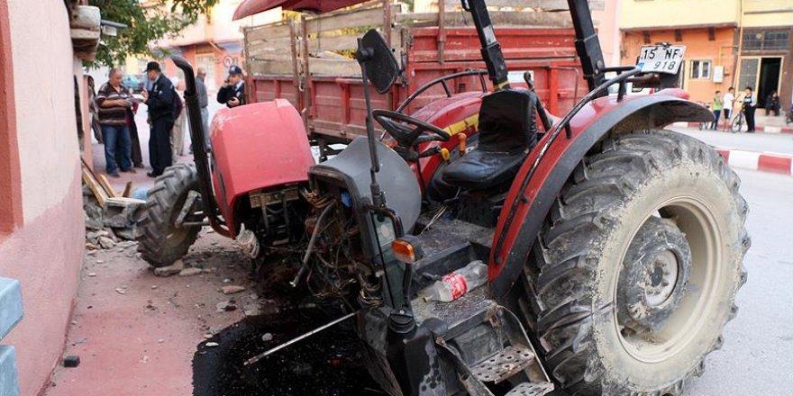 Burdur'da duvara çarpan traktör ikiye bölündü