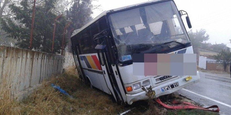 Yoldan çıkan belediye otobüsü duvara çarptı