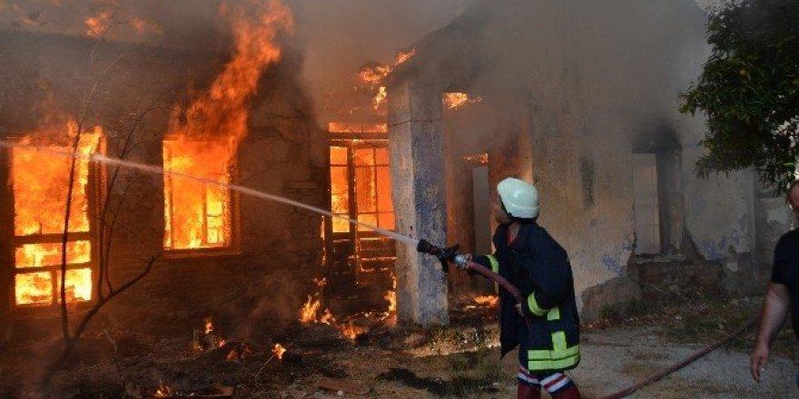 Söke'de tarihi Kemalpaşa Mahallesi'ndeki yangın paniğe yol açtı