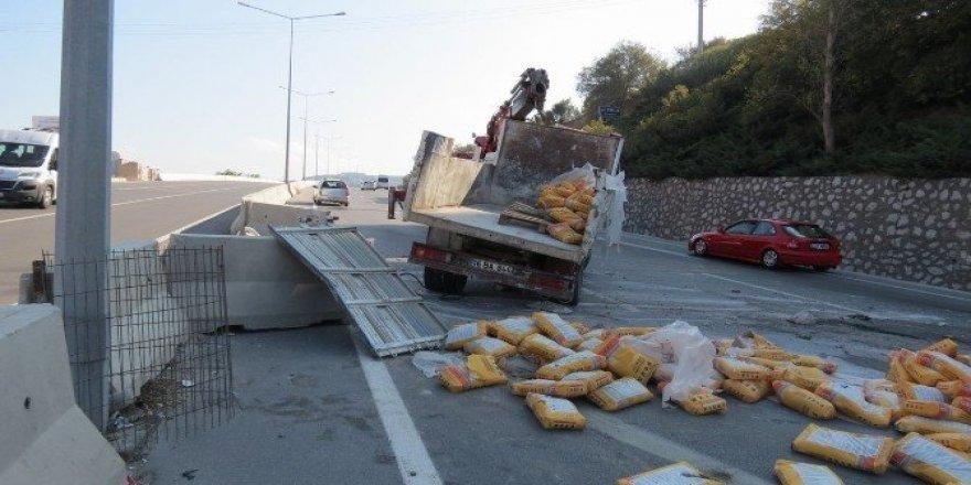 Freni patlayan kamyon beton bariyerlere çarparak durabildi