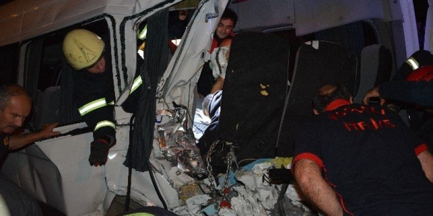 Aşırı hız yapan minibüs dehşet saçtı:12 yaralı
