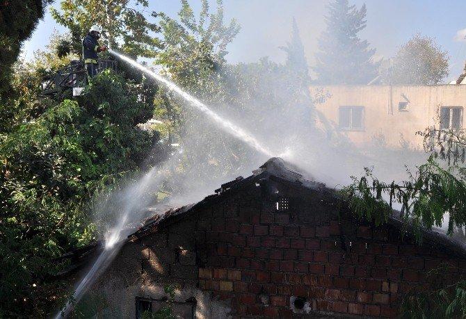 Antalya'da metruk bina yangında küle döndü