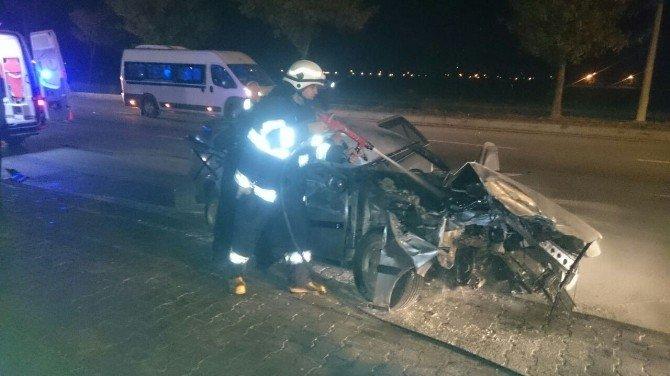Otomobil TIR'la çarpıştı: 3 yaralı