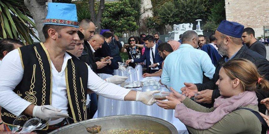 Ayasofya'da Saray Aşuresi dağıtıldı