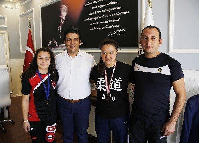 Judocu kızlar Başkan Genç'i ziyaret etti