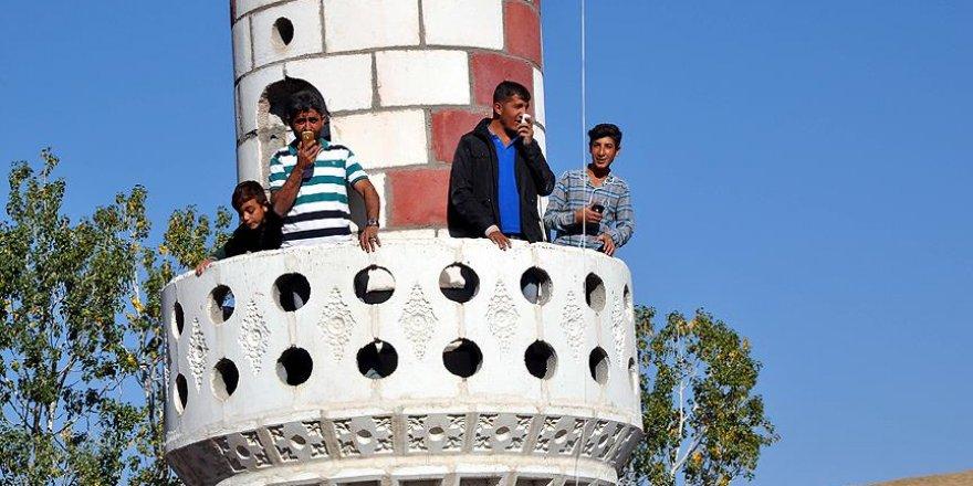 Telefonla konuşmak için minareye çıkıyorlar