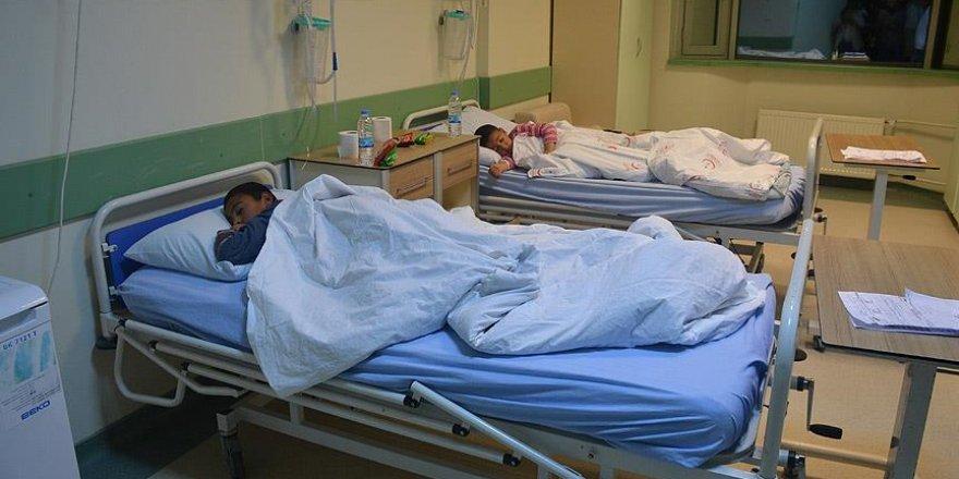 Gıda zehirlenmesi şüphesiyle 61 öğrenci hastaneye kaldırıldı