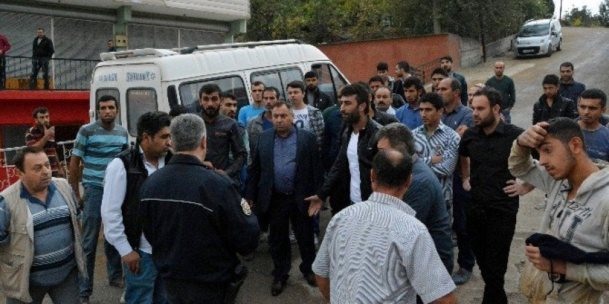 Paralarını alamadıklarını iddia eden işçilerden okul önünde eylem