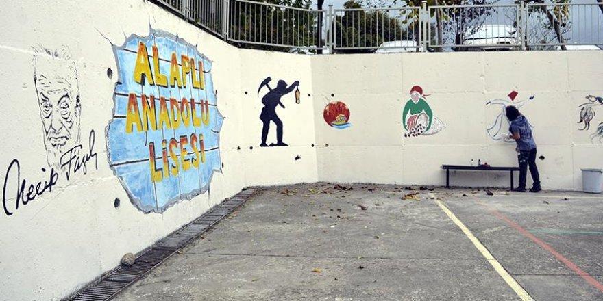 Temizlik görevlisinin fırçasından çıkan resimler okulu renklendirdi