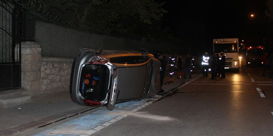 Otomobil kaldırımda bekleyen yayalara çarptı: 1 ölü, 5 yaralı