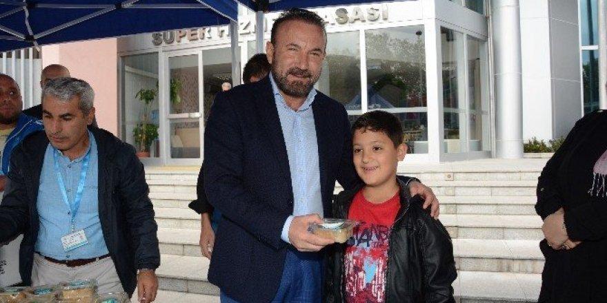 İzmit Belediyesi 6 bin 500 aşure dağıttı