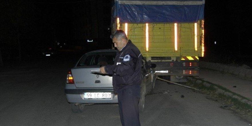 Otomobil park halindeki kamyona arkadan çarptı: 2 yaralı