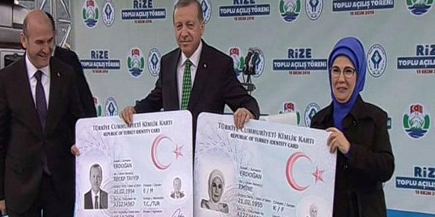 Erdoğan yeni kimlik kartını Soylu'nun elinden aldı