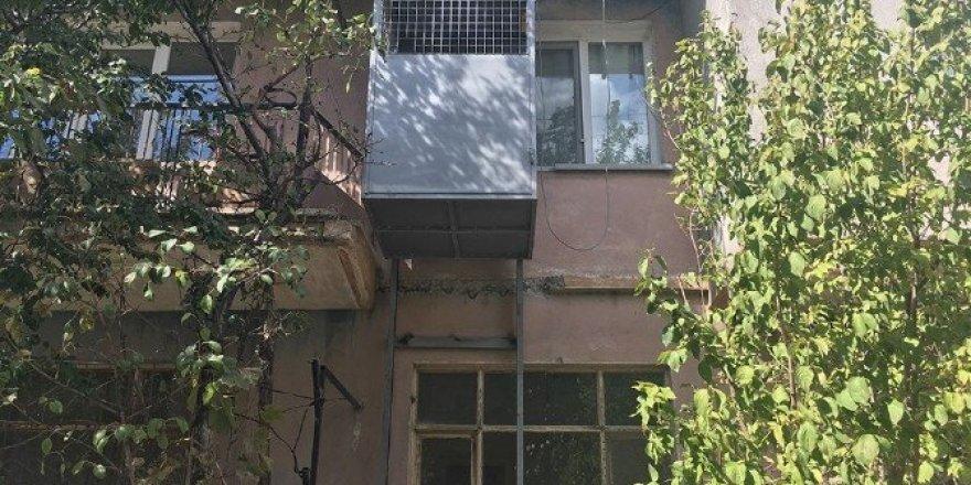 Dinar Belediyesi engelli kızın evine asansör yaptı