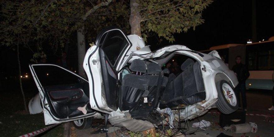 Konya'da ağaca çarpan otomobil bu hale geldi