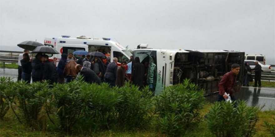 Rize'de yolcu midibüsü devrildi: 27 yaralı