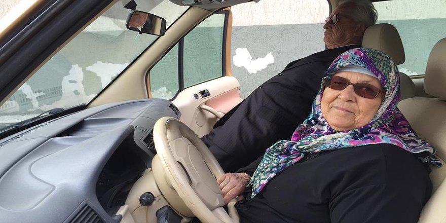 """Görme engelli eşine 42 yıldır """"şoförlük"""" yapıyor"""