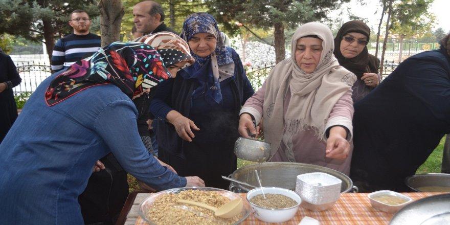 Konya Şehit Aileleri Derneği aşure dağıttı