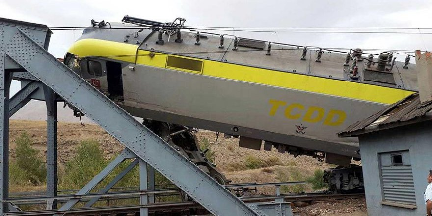 Sivas'ta yük treni ile manevra treni çarpıştı