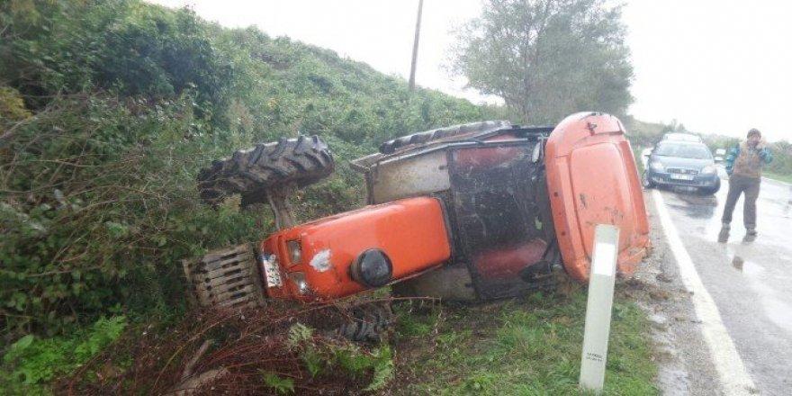 Traktör yüklü kamyon yoldan çıktı