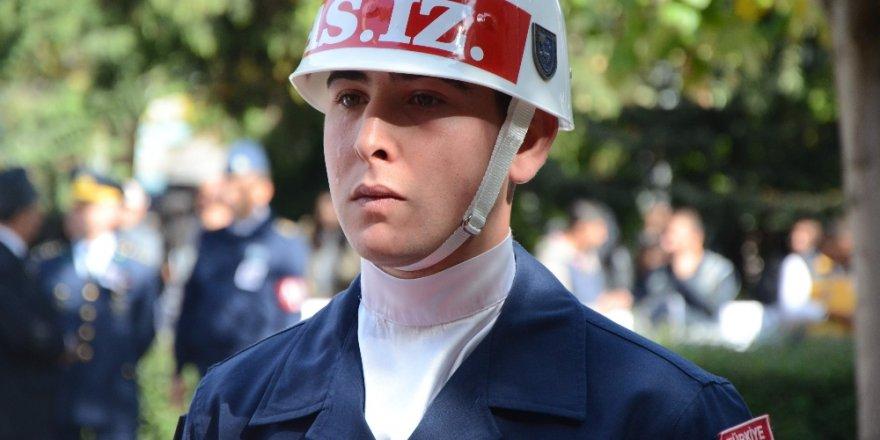 Al bayraklı naaşın başında nöbet tutan askerin gözyaşları