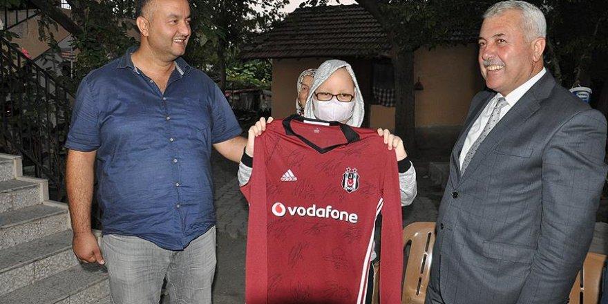 Beşiktaş taraftarı lösemili Buse'yi sevindiren hediye