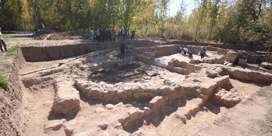 Bin 400 yıllık taban mozaiği çıkan kazı alanında çalışmalar sürüyor