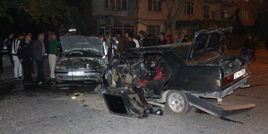 Konya'da iki otomobil kafa kafaya çarpıştı: 4 yaralı