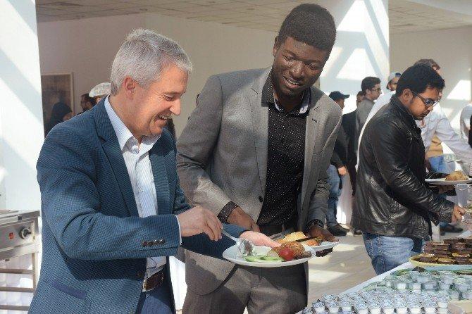 Rektör Gündoğan yabancı uyruklu öğrencilerle kahvaltıda buluştu