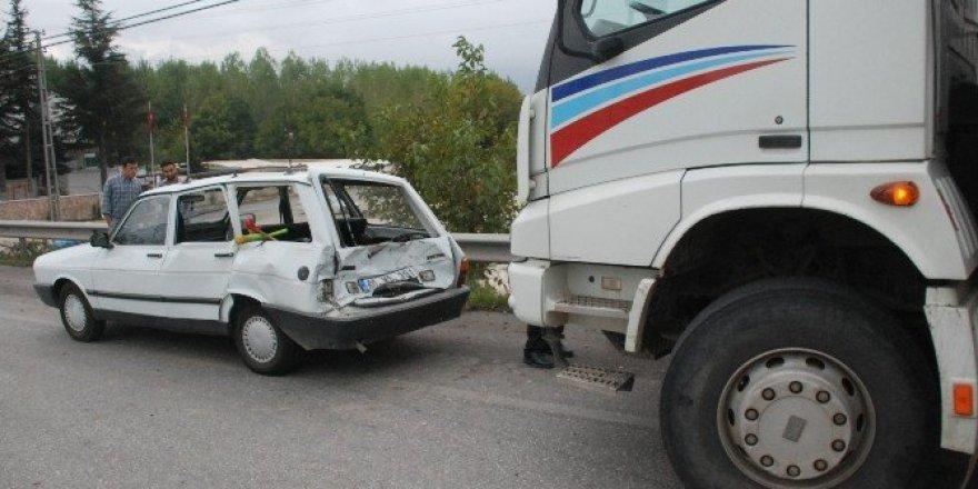 Kırmızı ışıkta duran otomobile kamyon çarptı: 1 yaralı