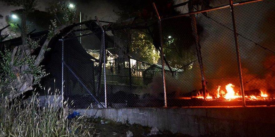 Midilli'de göçmenler iltica bürolarını ateşe verdi