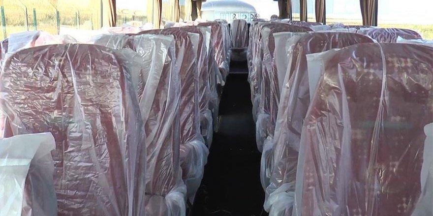 Sığınmacıları taşırken koltukları plastikle kapladılar