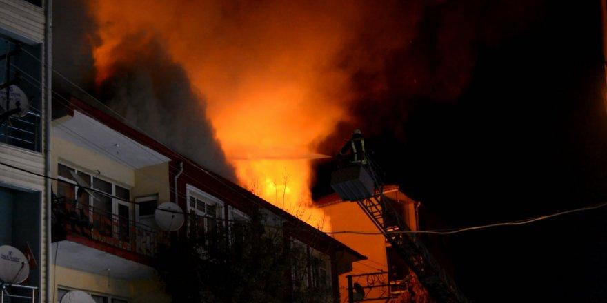 Konya'da üç katlı evde yangın