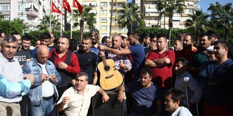Sokak düğünlerinin yasaklanmasını davul kırarak protesto ettiler