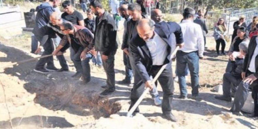 PKK'lı hainleri HDP'li vekiller gömdü