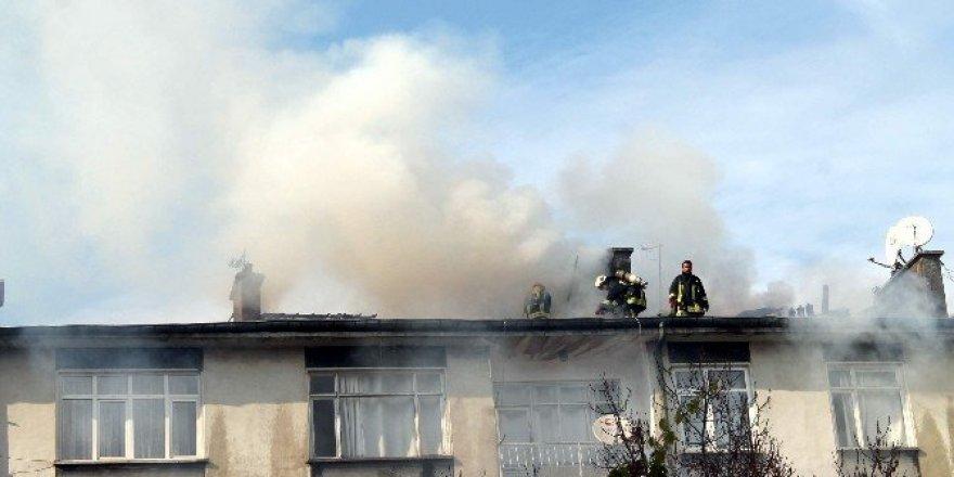 Konya'da 4 katlı binanın çatısında yangın